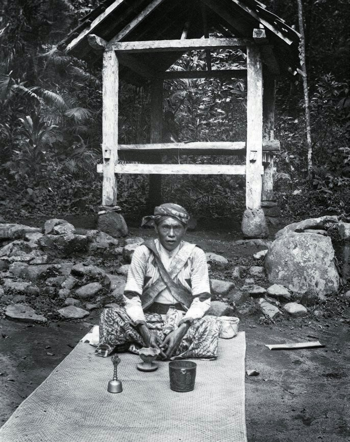 Potret seorang dhukun di Desa Kandangan-Lumajang Jawa Timur, sekitar 1920. • : Elisabeth Quirine Hesselink • #potolawas #potolawaslumajang #lumajang #lumajanghits #lumajangsae #lumajangku #lumajangkerenpic.twitter.com/TgFjijhNWn