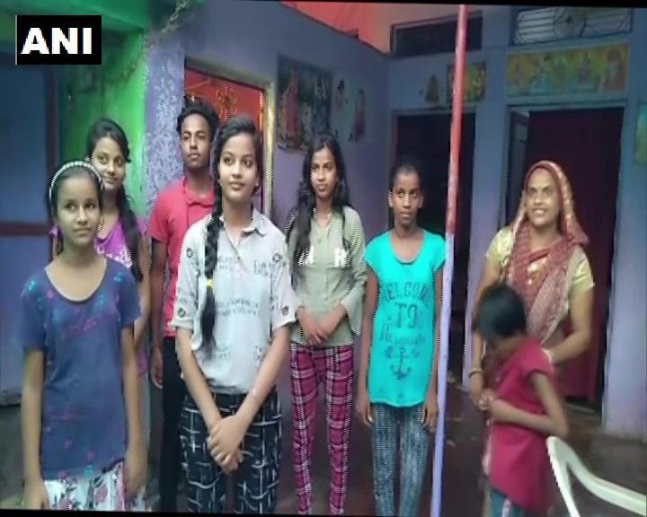 मध्य प्रदेश: श्योपुर में सड़क किनारे जूते बेचने वाले की बेटी मधु आर्य ने हायर सेकेंडरी स्कूल सर्टिफिकेट परीक्षा में 97% और स्ट्रीम की मेरिट सूची में 3 स्थान प्राप्त किया