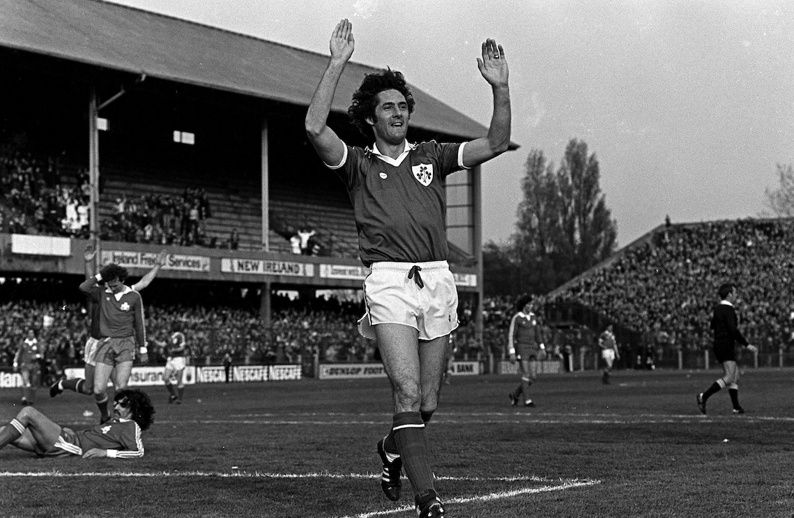 Happy Birthday to former Ireland striker Don Givens 🎂🇮🇪⚽  #COYBIG https://t.co/3UPEy0iIuI