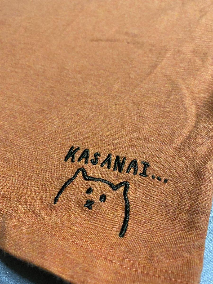 猫の気持ちを代弁したTシャツ!?「猫の手も借りたい」⇒猫「かさない」