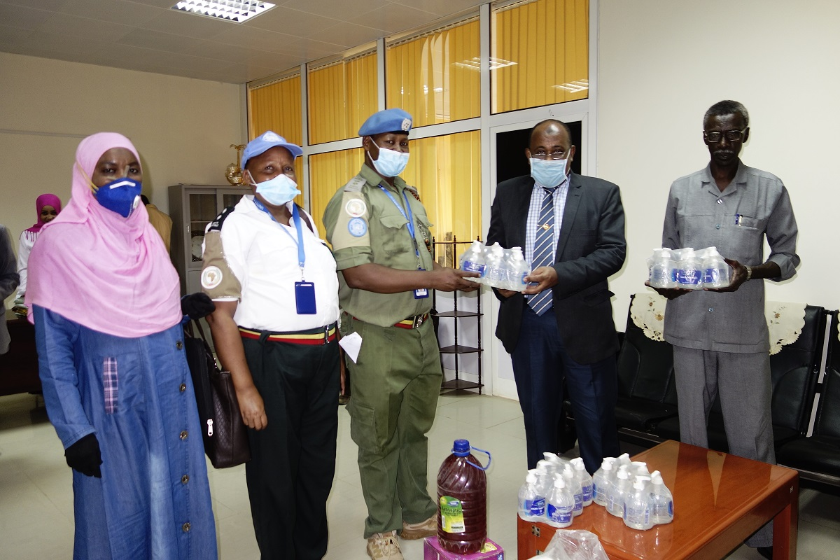 #PhotoOfTheDay To combat #COVID19,  #UNAMID Rule of Law Team in North #Darfur, handed over Personal Protective Equipment (PPE) and hygiene items to the Office of the Chief Judge, Mr. Husham Ahmed Hassan(second from right) in Elfasher, North #Darfur. #UNAMID4Darfur https://t.co/98xnURVqlu