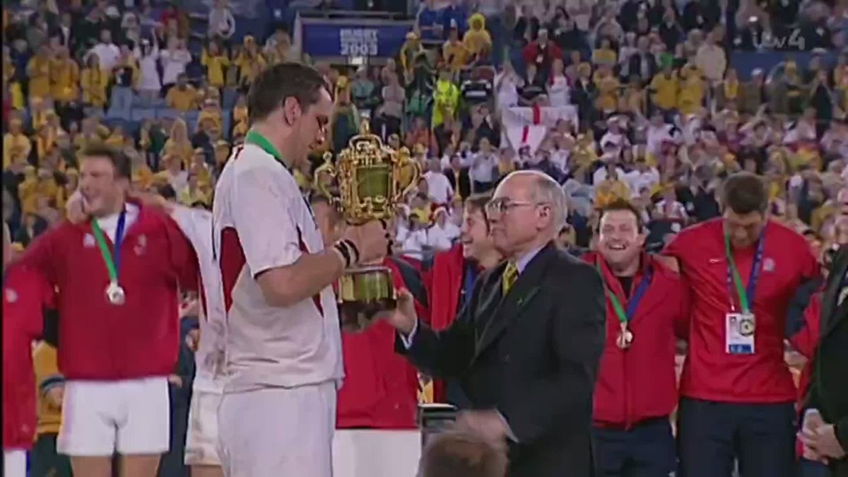 The moment every English Rugby fan has dreamed of... Martin Johnson lifts the Webb Ellis Cup and @EnglandRugby are World Cup winners!! 🏆 #RWC03Revisited #ITVRugby