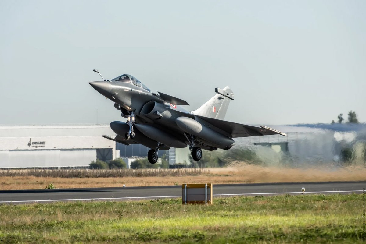 """First ferry of Indian Air Force #Rafale to Ambala Air Force Station to integrate N°17 Squadron """"Golden Arrows"""" dassault-aviation.com/en/group/press…"""