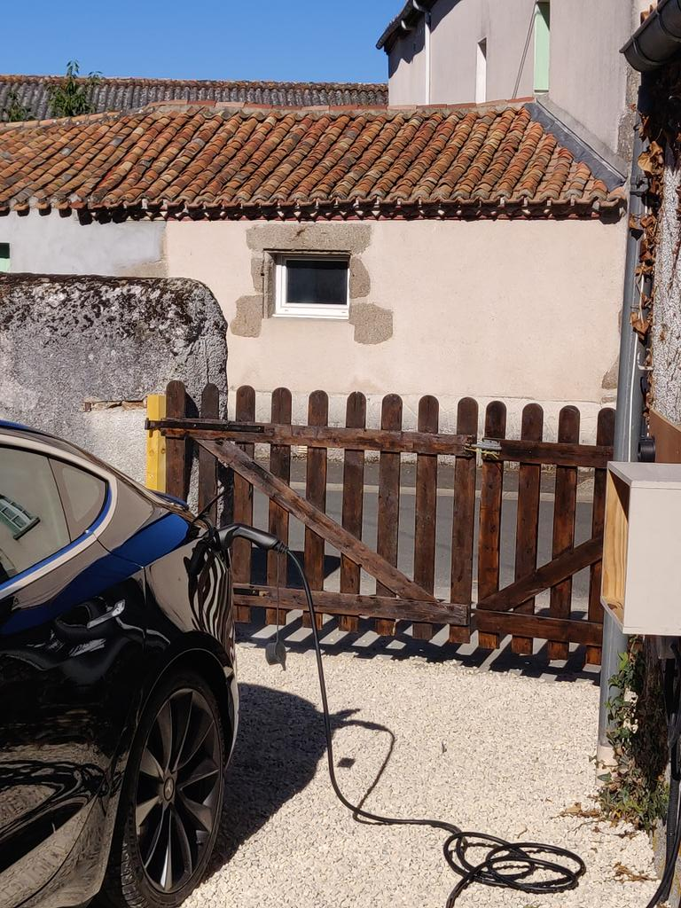 My son-in-law trying out the new electric car charger in our Gite here in South West France. Works perfectly, and his Tesla uses the full 32Amps - 7Kw. He had zero issues driving 600 miles to visit us. Now which electric car shall I get? 😁 #FullyChargedShow https://t.co/KFR3HFU4mC