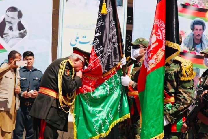 روز ملی بیرق بر همهگان خجسته باد! بیرق ملی افغانستان که با سه رنگ متفاوت تشکیل یافته است، نمایندهگی از تمامی اقوام و ملیتهای مختلف این مرز و بوم مینماید و همه ملت بر حفظ اهتزاز آن متعهد هستند. من روز ملی بیرق را نشانهی پاسداری به قربانیهای میدانم که مردم ما در طول تاریخ https://t.co/PVxx8WCn0L