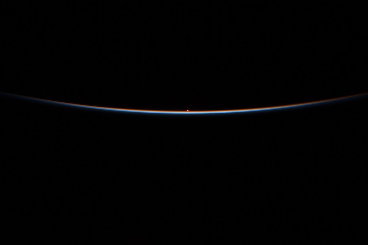 First moments of sunrise from @Space_Station. https://t.co/jF1AXea4N4