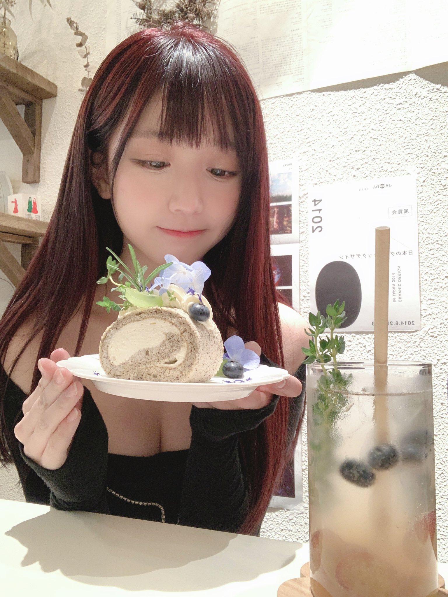 美少女吃蛋糕 真的很好吃!好吃!》