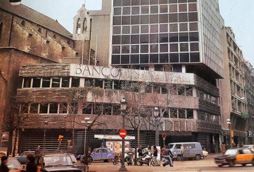 La primera oficina de @BancSabadell a #Barcelona fa 50 anys. Situada en ple centre de la Ciutat Comtal, la sucursal arriba al mig segle conservant els seus bonics elements arquitectònics obra de l'escultor Josep Maria Subirachs https://t.co/wqAH24ICld #SomSabadell https://t.co/E7M5SMRucO