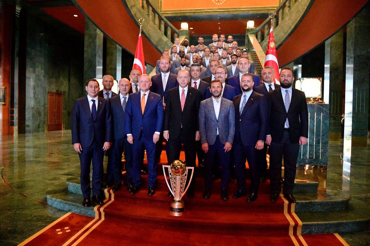 Cumhurbaşkanımız Sayın @RTErdogan, Süper Lig'de 2019-2020 sezonunu şampiyon tamamlayan kulübümüzün yönetim kurulu üyelerini, idari ekibini, teknik direktörümüz Okan Buruk'u ve futbolcularını, Cumhurbaşkanlığı Külliyesinde kabul etti.  ➡️ https://t.co/rOLo3wJ3Wm https://t.co/pxjy6SKFw6
