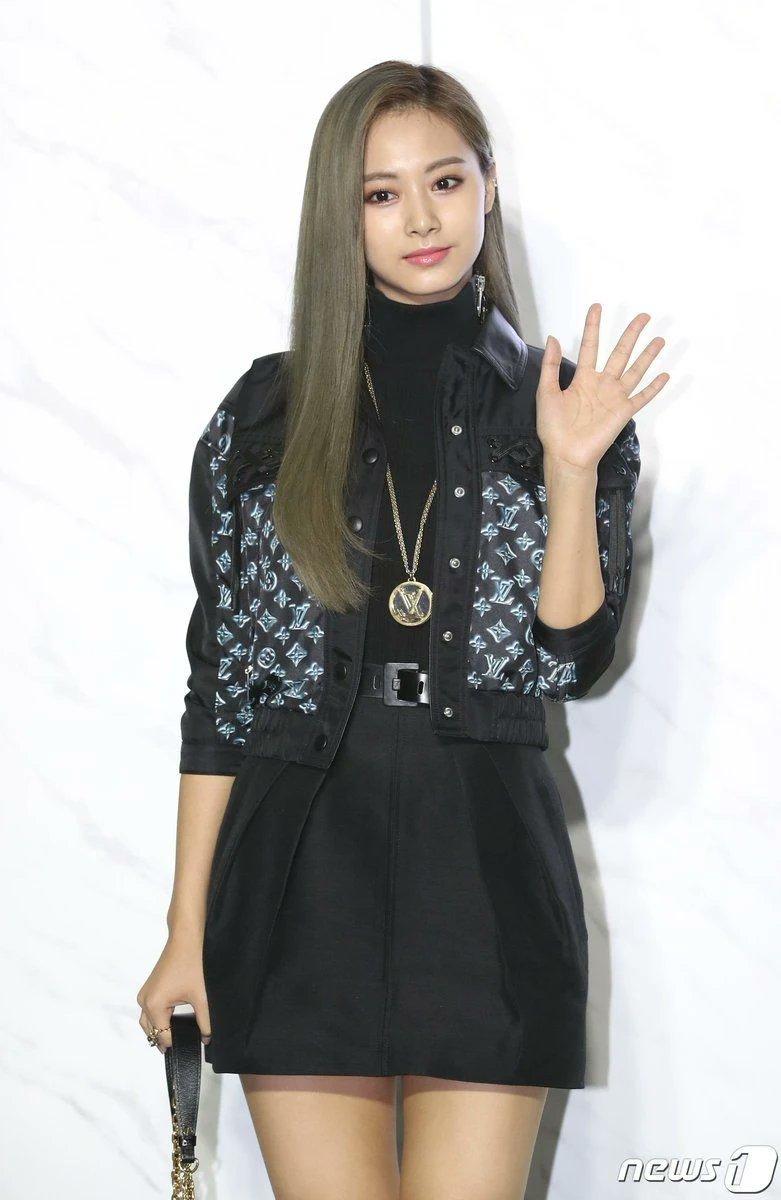 """#INFO. 26.07.20]🍭 Tzuyu quedo en el puesto #6 entre """"las 10 celebridades con una imagen lujosa y elegante"""", siendo el puesto más alto entre las Idols femeninas y la única no actriz de la lista 👏 .  * Casi 50 mil ciudadanos coreanos participaron de la encuesta 😉 . #TWICE https://t.co/0yT1A33PiR"""