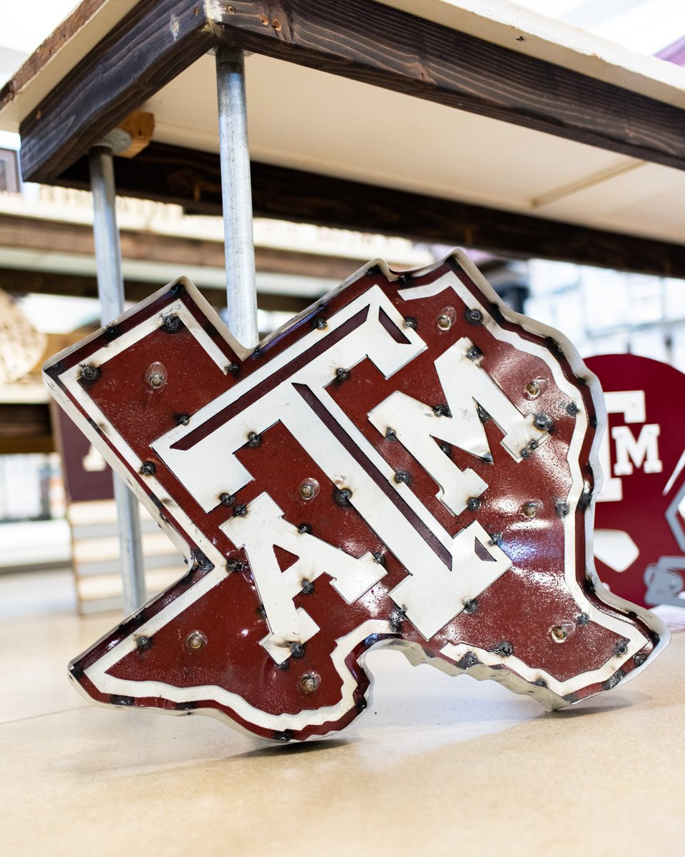 Aggieland Outfitters Sur Twitter Let Your Aggie Personality Shine In Your Apartment This Semester With Signature Texas A M Home Decor Check Out Our Exclusive Pillows Blankets Lighted Signs Rustic Wooden Furnishings