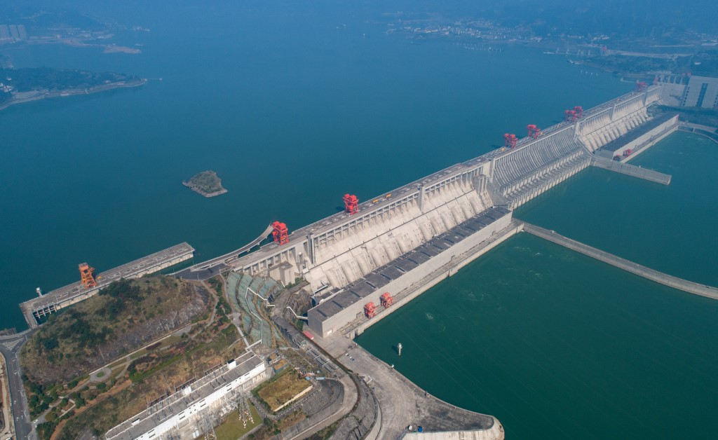 𝐖𝐡𝐞𝐧 𝐓𝐡𝐞 𝐋𝐞𝐯𝐞𝐞 (𝐨𝐫 𝐃𝐚𝐦) 𝐁𝐫𝐞𝐚𝐤𝐬  1,000 km upriver from Shanghai and the mouth of the Yangtze Delta sits a marvel of modern mega-engineering:  The Three Gorges Dam.  It might be about to collapse. What happens if it does?  1/ https://t.co/6mCCAAvl7l