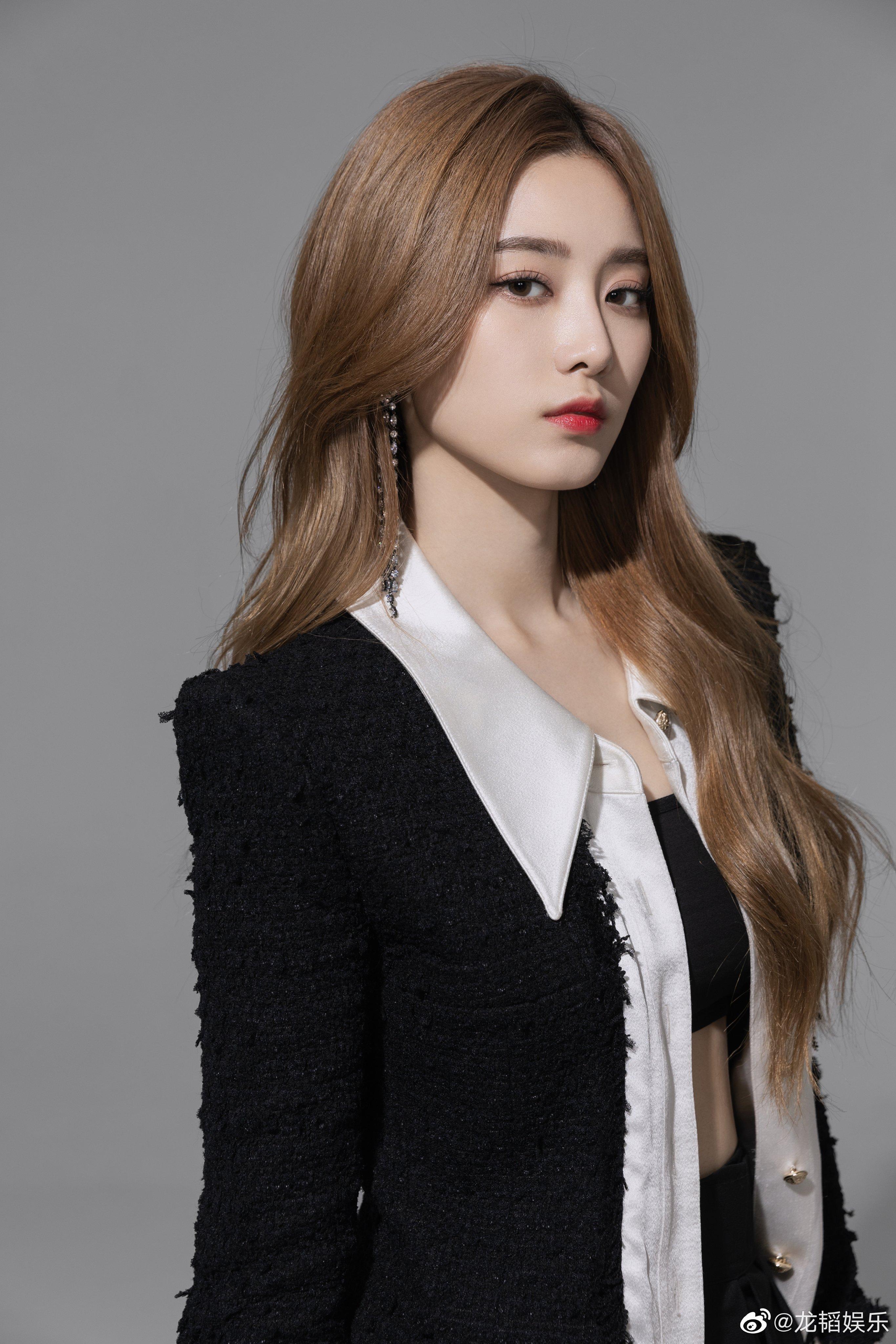 "EdA81uTU8AA5I2h?format=jpg&name=4096x4096 Xu Yiyang Releases Her First Single, ""Listen""!"