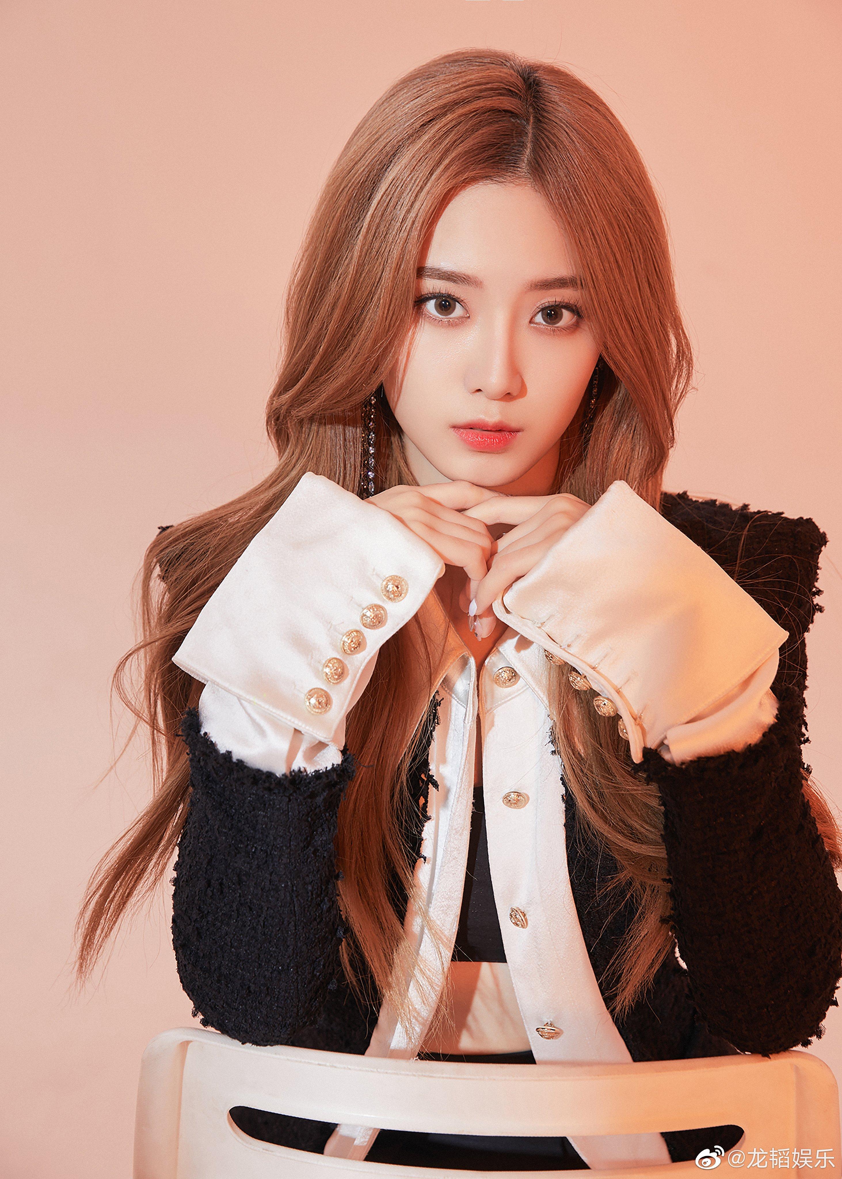 "EdA822PU4AEmood?format=jpg&name=4096x4096 Xu Yiyang Releases Her First Single, ""Listen""!"
