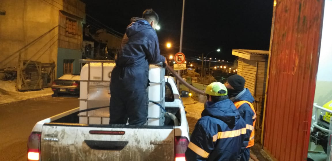 ➡️Las cuadrillas de @UshuaiaMuni continúan trabajando, ahora con la provisión de agua para uso domiciliario. #UshuaiaMásActiva #CuidarteEsCuidarnos https://t.co/XK6zdOea6B