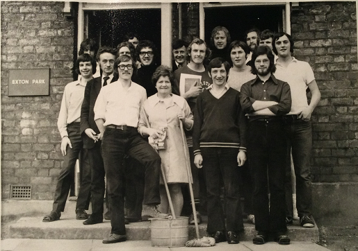#ThrowbackThursday to students outside Exton Park hostel in 1971 – photo donated by Mike Bambury (1974). #MyChesterStory #AlumniHistory https://t.co/oomeWC8zfL