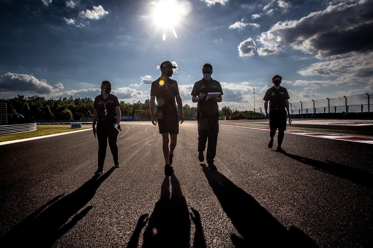 #TrackWalk no #Hungaroring.  @WilliamsRacing , @ScuderiaFerrari https://t.co/Uup7q1Olqa