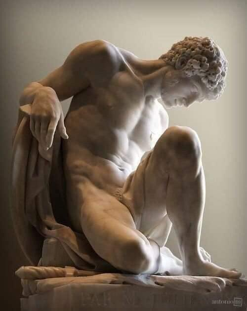EL GLADIADOR MORIBUNDO (1779), Pierre Julien, Marmol, Museo de Louvre, París. El gladiador está herido, sabe que la muerte llegará y lo afronta con dignidad superando el dolor mientras contempla la corona de laurel que le fue otorgada por su valor.