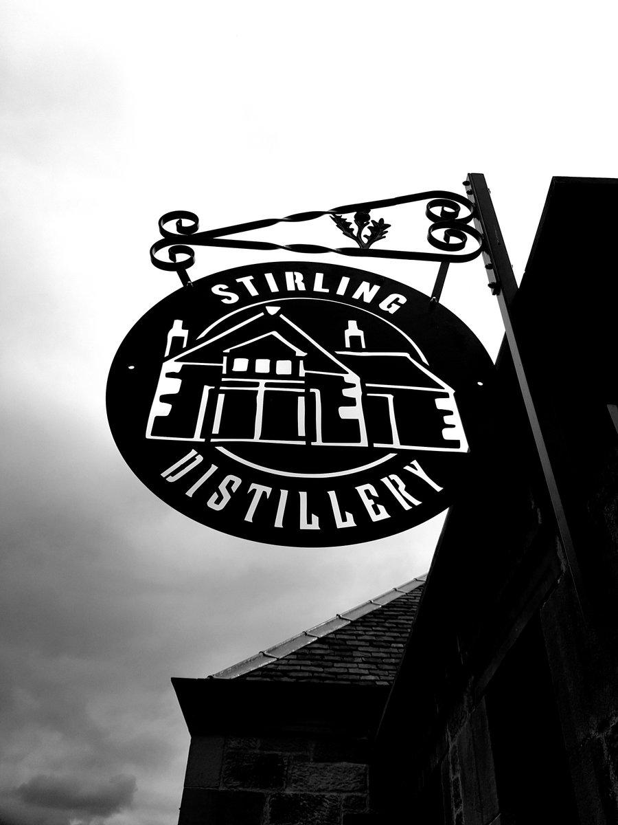 Gran visita a una empresa local que colabora con nosotros como es la Destilería de Ginebra de Stirling, en donde estuvimos esta semana.  Además han contribuido con esta crisis fabricando solución alcohólica de manos para la gente de Stirling. ¿Un tour en español? Aquí estamos. pic.twitter.com/MPLo1JgJII