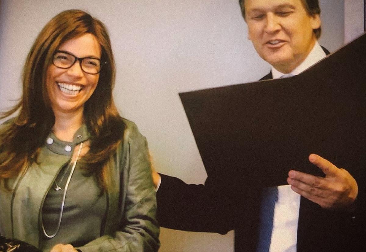 Esse #tbt é do dia que completei 15 anos trabalhando no JPMorgan e recebi um totem do presidente do banco à época, Claudio Berquo. Fico muito emocionada em ter sido reconhecida pelo meu árduo trabalho em uma empresa tão exigente. Foi um enorme orgulho fazer parte do #time.pic.twitter.com/JOf3WOfFpO