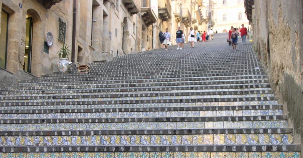 #blogsicilia Scala di Santa Maria del Monte, fatta di 142 scalini e ornata di ceramiche.