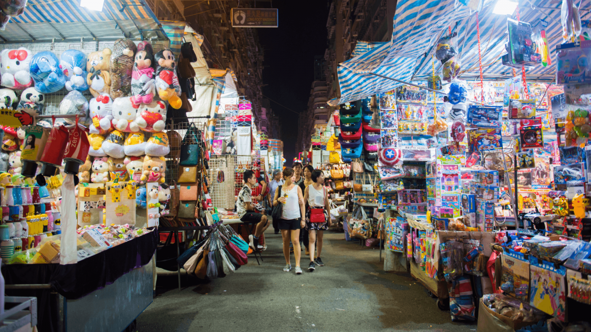 What's a perfect place to shop in Hong Kong?  If you're looking for cheap souvenirs, Ladies Market is your perfect fit.  Located at MongKok,  Ladies Market includes numerous street vendors that sell all sorts of things.  You can even try haggling!  #shopping #HongKong #foodie #hk https://t.co/evDVhOB1G0