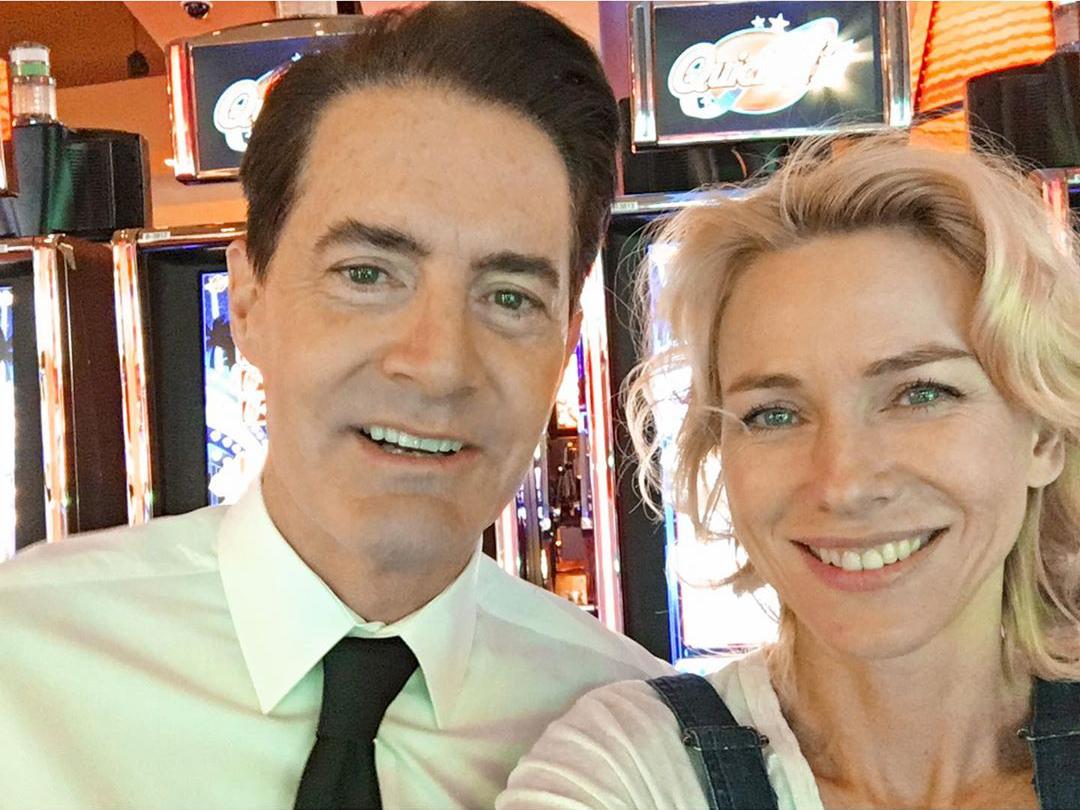 Kyle Maclachlan y Naomi Watts en el rodaje de Twin Peaks.  @Kyle_MacLachlan and Naomi Watts shooting Twin Peaks.  . . . #davidlynch #twinpeaks #cine #cinema #film #films #serie #tvserie #tvseries #kylemaclachlan #naomiwatts #agentcooper #dougiejones #janeyejones
