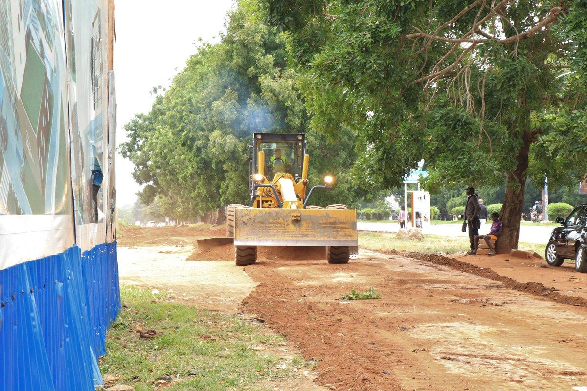 Sur sollicitation de la Mairie du Golfe3, le @District_Lome a mobilisé, en début de cette matinée, du matériel et une équipe technique d'encadrement pr les travaux de reprofilage de cette voie offrant un accès facile aux institutions telles que: l'OTR, la SGI, SAHAM et l'ARMP. https://t.co/NrGiLoLoy9