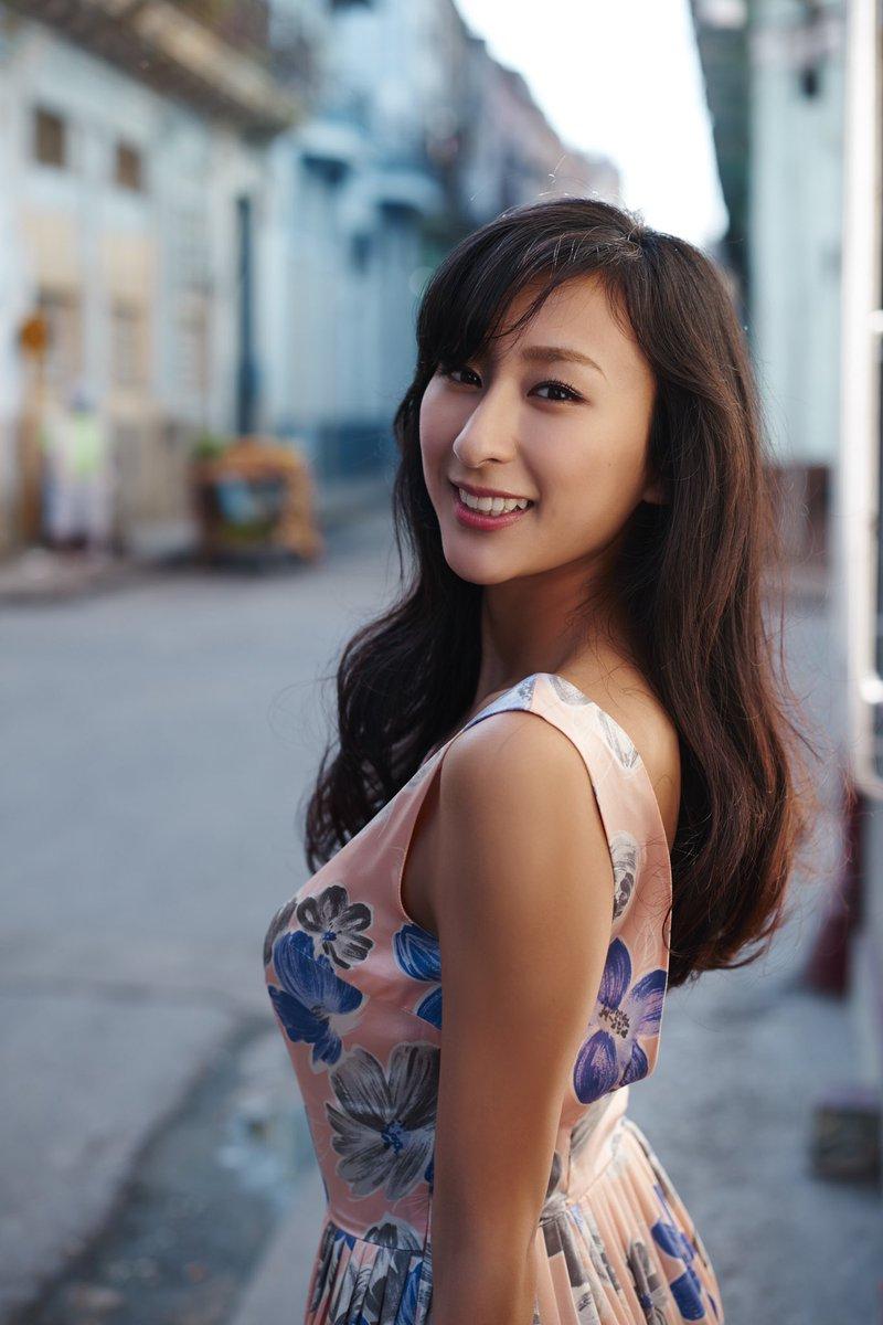 オギー 編集者 7月17日は浅田舞の日 ということで キューバロケ初日 1ポーズ目 1stショットで完璧な笑顔を見せる舞さんの写真を置いときます