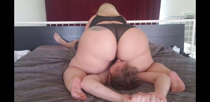 For Friday's update I make @ericdikkersun head disappear into my huge ass ♡  #assworshiping #facesittingfriday