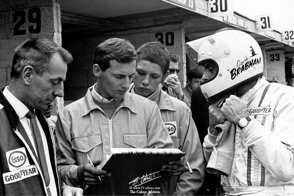 Ron Tauranac, the great engineer behind the Brabham success of the 60s, passed away at the ripe age of 95. In the photo: Ron, with a very young Ron Dennis and Sir Jack Brabham, Brands Hatch 1970. Photo by Bernard Cahier https://t.co/5UDOpwCUIm