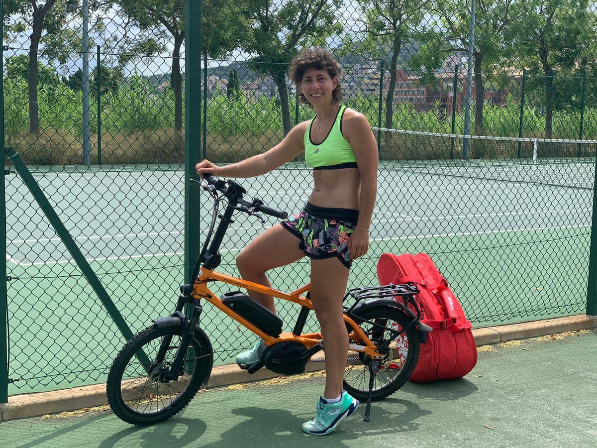 Anyone for tennis? 😜 Just arrived to the court riding my #RieseMuller. Perfect for summertime! ☀️🚲  👉🏻 https://t.co/yscd3UpX8u https://t.co/pzRFLCf00L