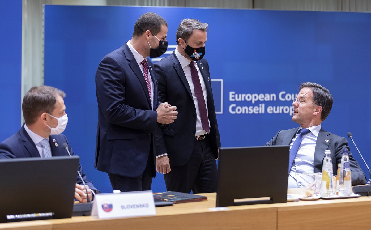 """""""So frugal you won't even cough up for a mask, Mr Rutte?"""" https://t.co/dd5wyd3UZm"""