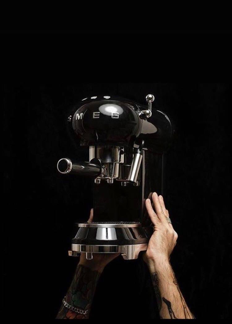 Wie loopt er morgen de winkel uit met deze stoere espresso machine van #smeg? Nu met 10% korting en 2 gratis espresso mokjes🎉 #espresso #latte #capucino #smeg #opheffingsuitverkoop @StadshartMSLS https://t.co/dZ6PnAWTzC