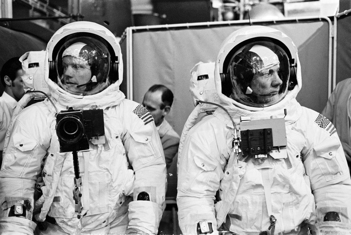 Нил Армстронг и Эдвин Юджин Олдрин-младший, известный как Базз Олдрин.