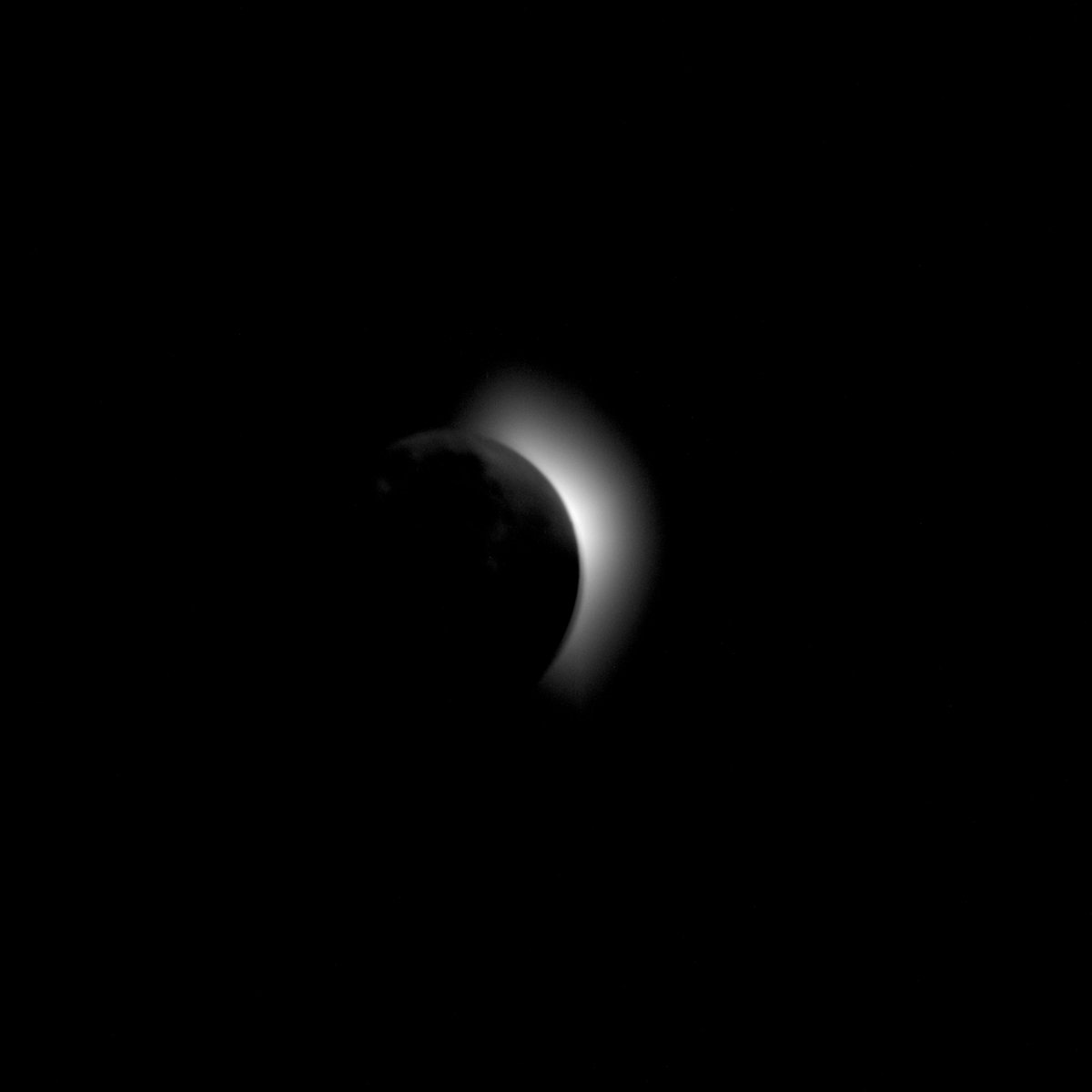 On the way to the Moon this happen. A solar corona was captured from the Apollo 11 spacecraft during trans-lunar coast and prior to lunar orbit insertion. The moon is the dark disc between the spacecraft and the sun. https://t.co/ALQGYfNfcY