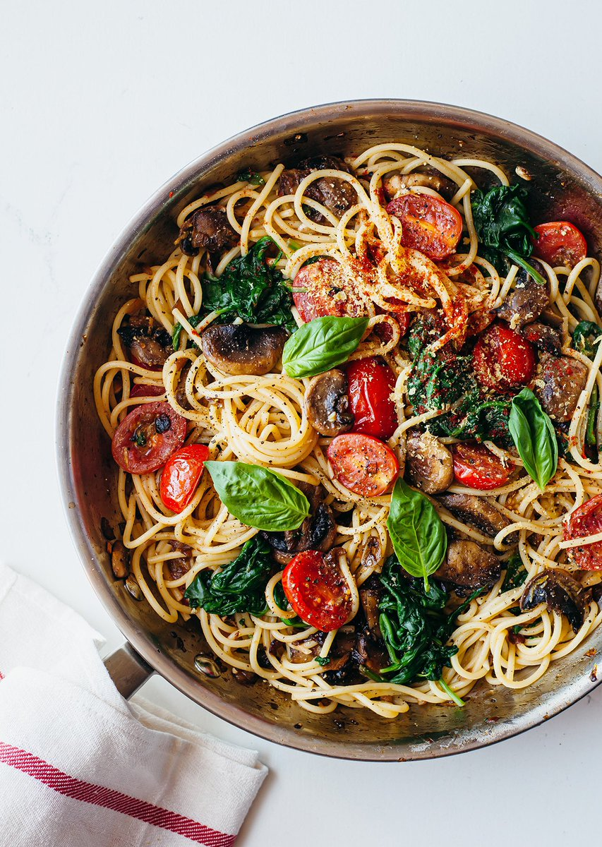 We'll be live on Facebook & Instagram TODAY at 6PM cooking our classic and super tasty One-Pot Tomato & Mushroom Pasta. Here's the recipe if you wanna join the cook-along 👉