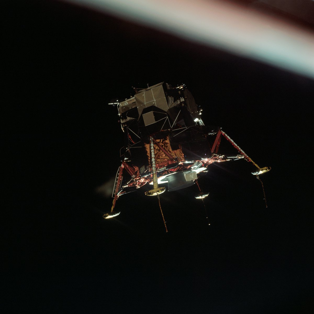 On their way to the moon! This image was taken during the separation of the Lunar Module (LM) and the Command/Service Module (CSM) for the Apollo 11 Mission. Inside the LM were astronauts Neil Armstrong and Buzz Aldrin, while astronaut Michael Collins remained with the CSM. https://t.co/foLoweIsGJ