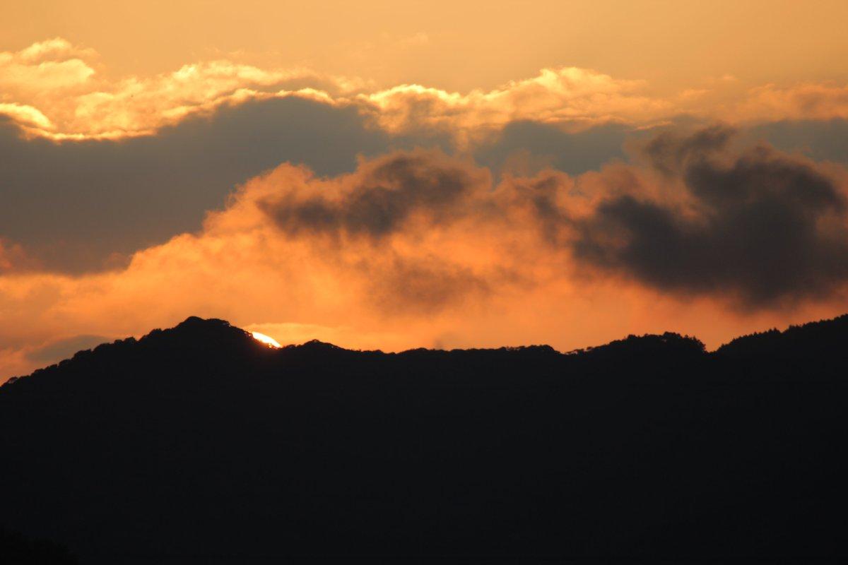 はい、夕焼けを撮り損ねました。結構キレイに真ん丸で撮りたかったなぁ…。 #夕方写真 #夕焼け #マジックアワー #写真好きな人と繋がりたい #カメラ好きな人と繫がりたい #失敗写真 #写真を撮る屋さん https://t.co/yDSJWREZuD