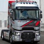 Image for the Tweet beginning: Loving Renault's puntastic post: In Renault