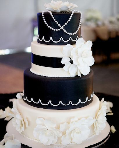 A #blackandwhite #weddingcake for modern sophistication! Visit https://buff.ly/380xPsN to learn more about our #weddingcakes and to schedule a take home #caketasting! #RIwedding #eatwicked #sinbakery #sindesserts pic.twitter.com/miSrINav6e