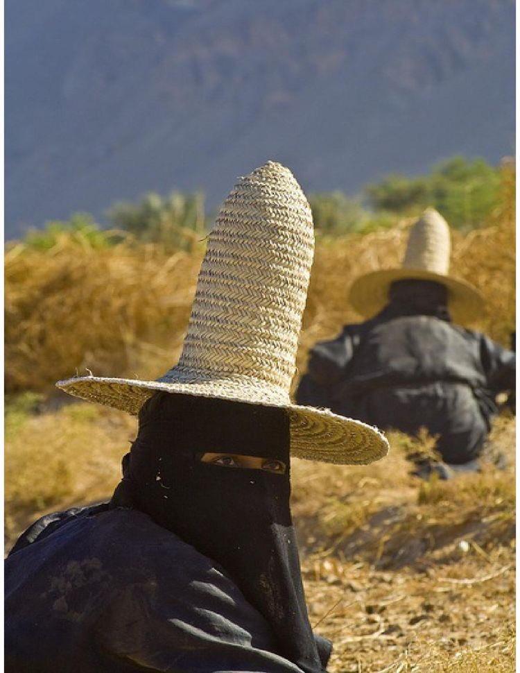 「マダラハット」イエメンの女性が被っている帽子の形状・みんな同じ格好で作業中。