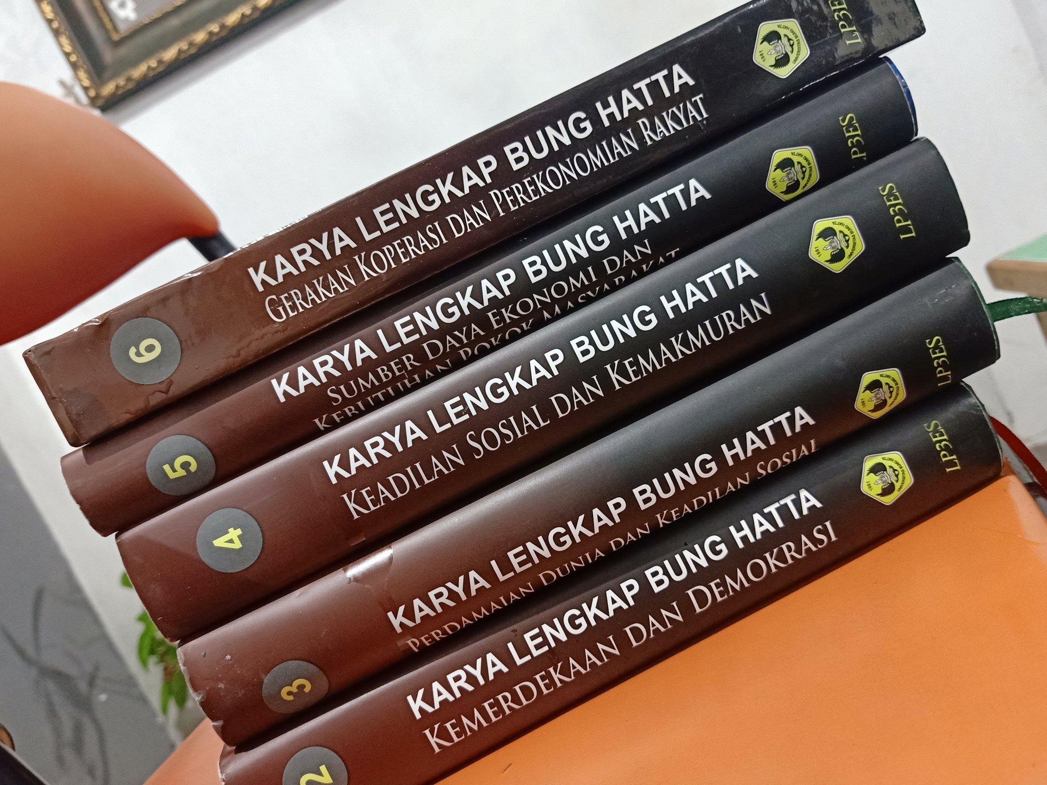 """IG: WarungSejarahRI on Twitter: """"Buku Lawas> Karya Lengkap Bung Hatta. 2-6  Buku (5 buku) Tahun 2015 Hardcover Berat 5 kg Harga 950.000 Minat? Order:  ✓DM or Klik WA https://t.co/xMnymNzYyW… https://t.co/cOaTp3W4t8"""""""