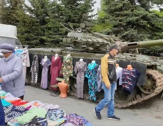 Meanwhile in #Russia.... a regular day in Russia market or #Donbass!! I wonder if they're selling tank tops as well. https://t.co/y5pNjqCV43