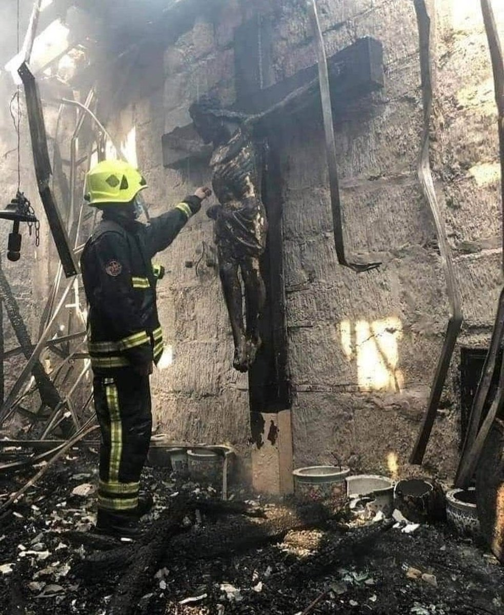 Imágenes tras el incendio de la Catedral de Nantes.   Que la fe sea lo último que perdamos. https://t.co/8HwfGgOBQN