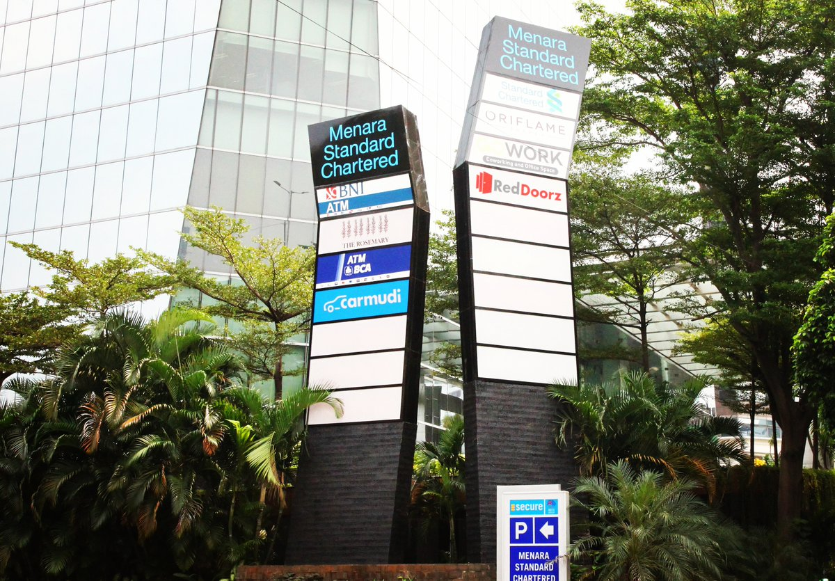 Pylon Signage at Menara Standard Chartered (RDTX Group), Jakarta #menarastandardchartered #rdtxgroup #kantorjakara #officejakarta #pylon #pylonsignage #pylonsigns #pylonsign #totemsignage #totemsign #totemsigns #stainlesssteelsignage #advertising #reklame #reklameindonesiapic.twitter.com/H5gQHrXmn8
