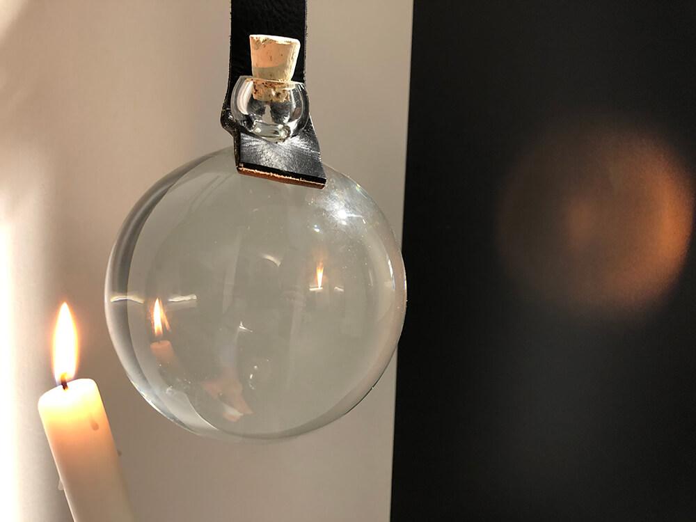 """Ein #Scheinwerfer des #Mittelalters für unsere Ausstellung im <a class=\""""link-mention\"""" href=\""""http://twitter.com/flux_nrw\"""" target=\""""_blank\"""">@flux_nrw</a> – die sog. \""""Schusterkugel\"""" ist ein mit #Wasser gefühlter Glaskolben, der das #Licht der #Kerze sammelt und über Jahrhunderte hinweg die historischen #Arbeitsplätze vieler #Handwerker erhellte 🕯️ <a href=\""""https://t.co/KTOxZY2EQE\"""" class=\""""link-tweet\"""" target=\""""_blank\"""">https://t.co/KTOxZY2EQE</a>"""