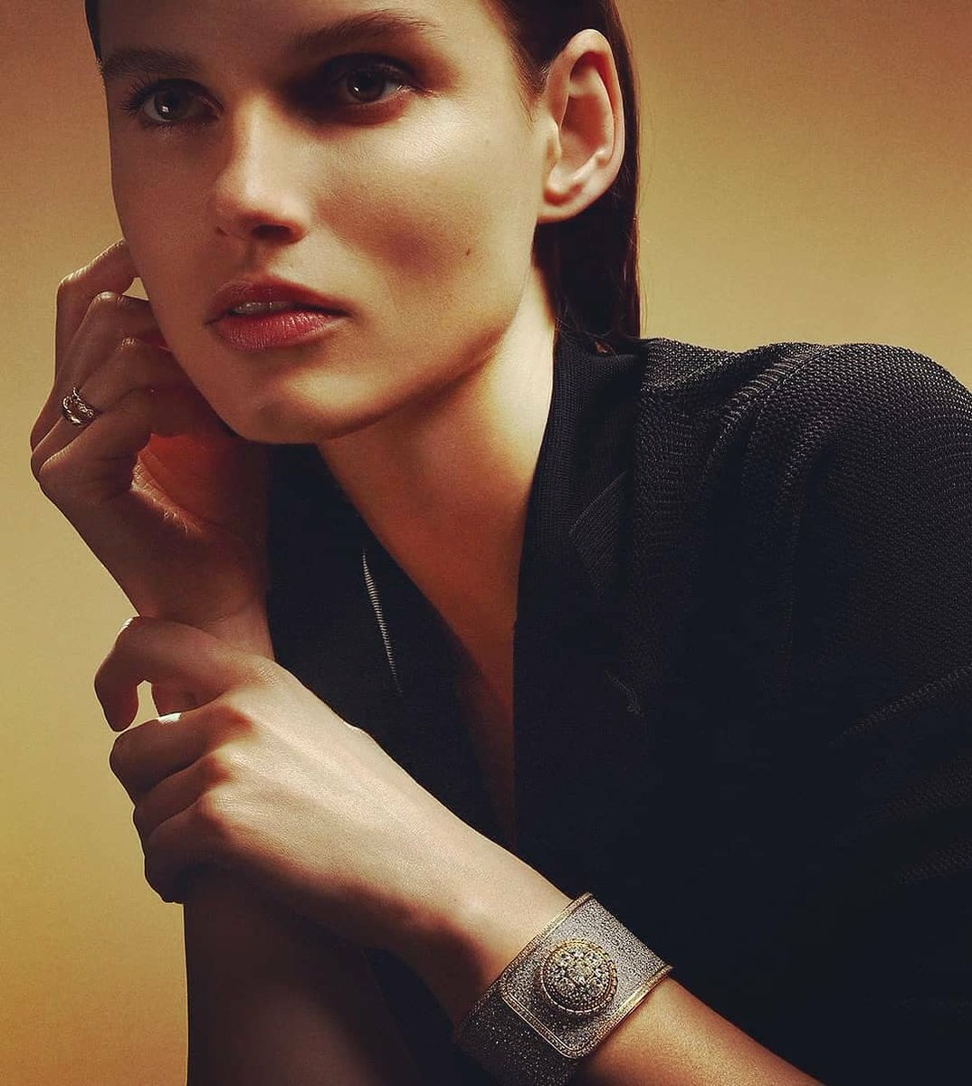 Loving @CHANEL❤The MADEMOISELLE PRIVÈ BOUTON. The spirit of couture meets the ingenuity of watchmaking.Gabrielle Chanel wore the unique timepiece,set with over 2,000 diamonds, on her wrist. Discover the collection @CHANEL.❤💕💙💜 #MademoisellePriveBouton  #CHANELHauteHorlogerie https://t.co/qOnwVXHT8n