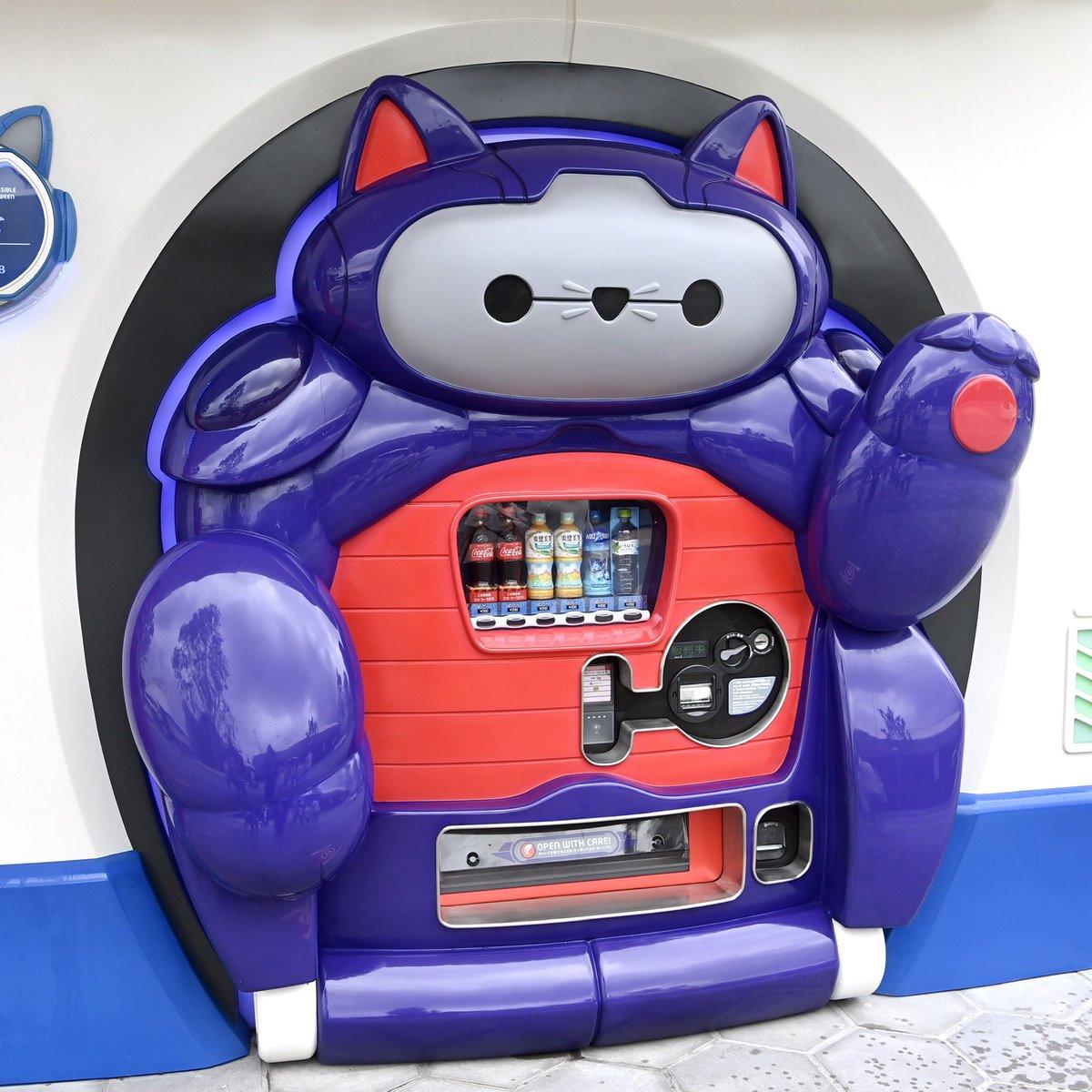 """日本東京迪士尼樂園出現了""""大英雄天團""""的貓式機器人自動販賣機 EdffA0NU0AAD2nS"""