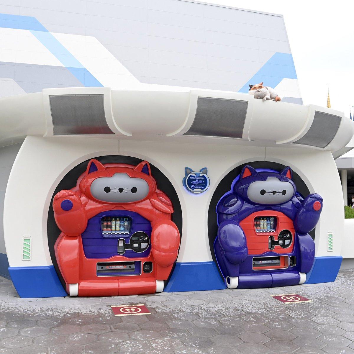 """日本東京迪士尼樂園出現了""""大英雄天團""""的貓式機器人自動販賣機 EdffAz8U4AUaG0Z"""